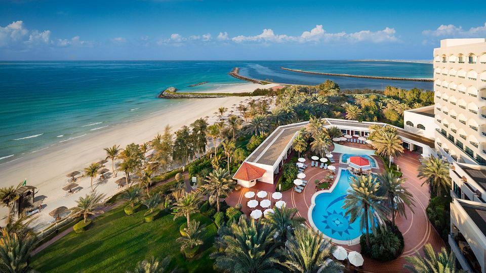 Ajman Hotel surplombe les eaux bleues et limpides du golfe Arabique