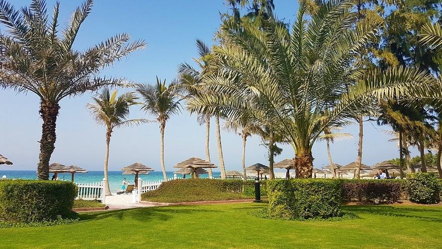 Célébrez Pâques à Ajman Hotel - Pelouse, palmiers et plage